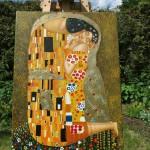 """Kurzer Fototermin im Garten: Unsere Reproduktion von Klimts """"Kuss"""""""