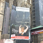Ein Plakat am Stephansdom in Wien wirbt für die Egon-Schiele-Ausstellung in der Albertina