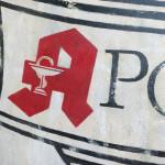 Spezialauftrag: ein Logo einer Apotheke mit gemalten Alterserscheinungen